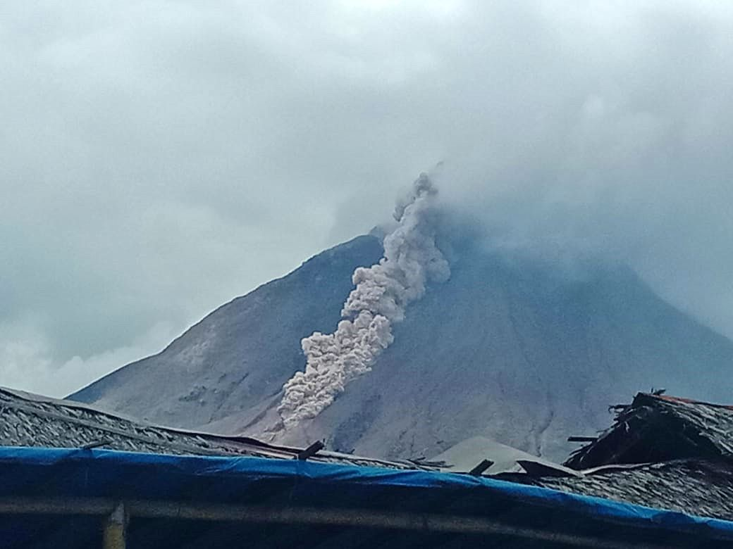 Sinabung - 07.11.2020 / 13h24 WIB - pyroclastic flow over 1,500 m. - photo Rizal
