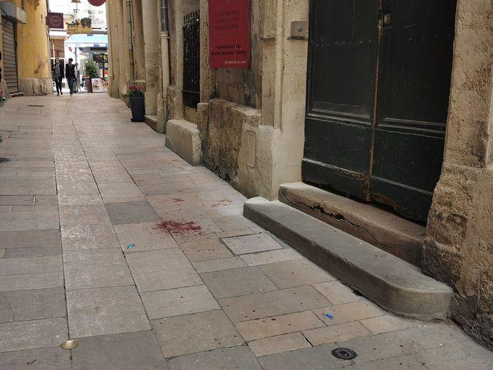 Des traces de sang rue de l'Ancien-Courrier, celle de l'homme de théâtre Alain Françon.