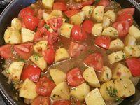 3 - Mouiller au 3/4 avec 20 cl d'eau environ, couvrir et laisser cuire environ 35 mn jusqu'à ce que les pommes de terre soient cuites en surveillant (rajouter un peu d'eau en cours de cuisson si besoin). Couper chaque merguez en 3 morceaux, les incorporer au plat en fin de cuisson, répartir dans le plat. Creuser 4 petits emplacements dans l'ojja et venir y placer les oeufs cassés, laisser cuire jusqu'à ce que les blancs soient bien pris. Saupoudrer de persil (ou coriandre) et servir de suite.