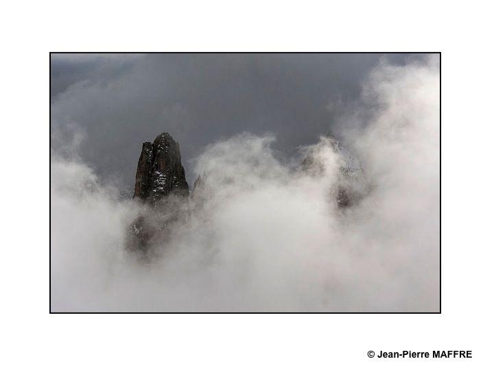 La brume, en enveloppant tous ses sommets, leur ajoute du mystère.