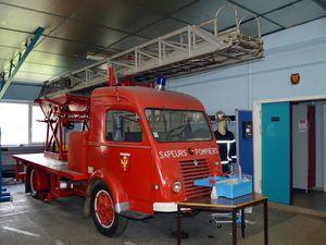 Le camion échelle des sapeurs-pompiers d'Algrange quitte la caserne