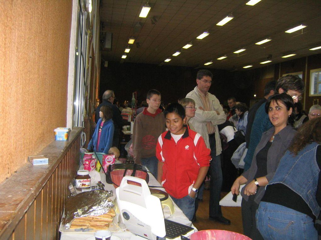 Les bénévoles de l'école de musique a tenu un stand de crêpes et de gaufres à l'occasion du marché de Noël de Mouthe