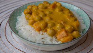 Curry express de pois chiches au lait de coco & purée de patate douce