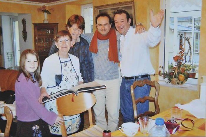 Hubert Caouissin tient par le cou Pascal et Brigitte Troadec, ses 2 victimes, aux côtés de Renée Troadec, sa belle-mère et de sa nièce et victime, Charlotte Troadec. DR