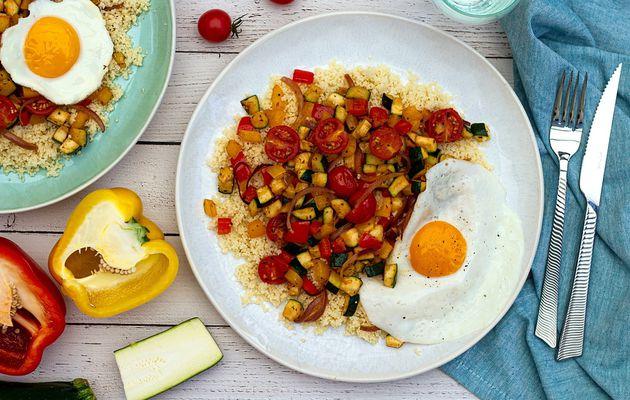 Semoule aux légumes d'été épicés et oeuf sur le plat