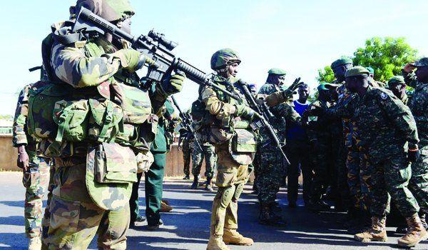 Una multitud que había huído por el temor a una revuelta volvía a Banjul el domingo AFP.- El Muni.