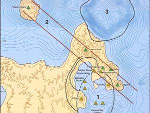 """A gauche, carte simplifiée des structures volcaniques - à droite, carte de l'extrémité nord de la """"Gazelle volcanic zone"""" - un clic pour agrandir - - doc. Johnson and others 2010 / GVP"""