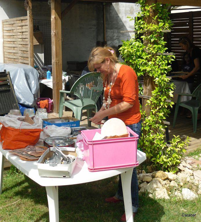 L'atelier mosaïque était animé par une plasticienne. L'objectif, atteint, était de permettre aux participant de découvrir une technique et surtout de laisser aller l'imaginaire.