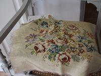 Le tabouret tel que chiné, débarassé de son habillage, la mousse retaillée, une nouvelle tapisserie, les étapes pour fixer le revêtement : agrafes, puis clous de tapissier.