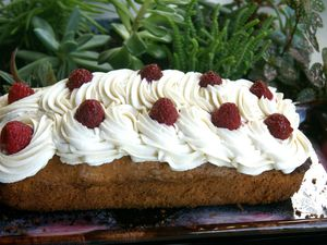 Poke cake framboises, chantilly au thé fruits rouges