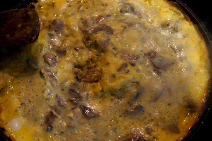 Gros plan sur l'omelette aux champignons