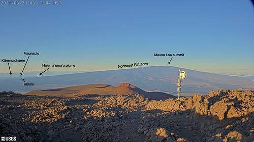 The new MKcam is positioned on Mauna Kea with a southerly view of the summit of Mauna Loa and the Northeast Rift Zone. The MKcam view also includes elements of the East Rift Zone and Kīlauea Summit, including Kānenuiohamo, Maunaulu, and the Halema'uma'u plume. Kūlani, a cone over the northeastern Mauna Loa fault zone, is also visible in the image. -  USGS webcam image. / 29.05.2021