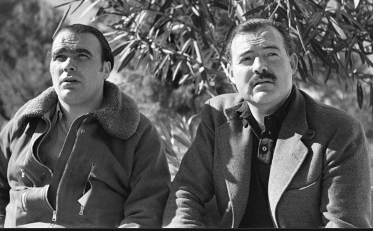 Le général républicain Lister avec Ernest Hemingway (à droite) pendant la guerre d'Espagne