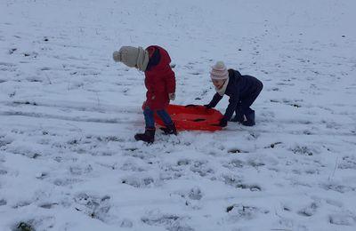 Classe du dehors dans la neige.