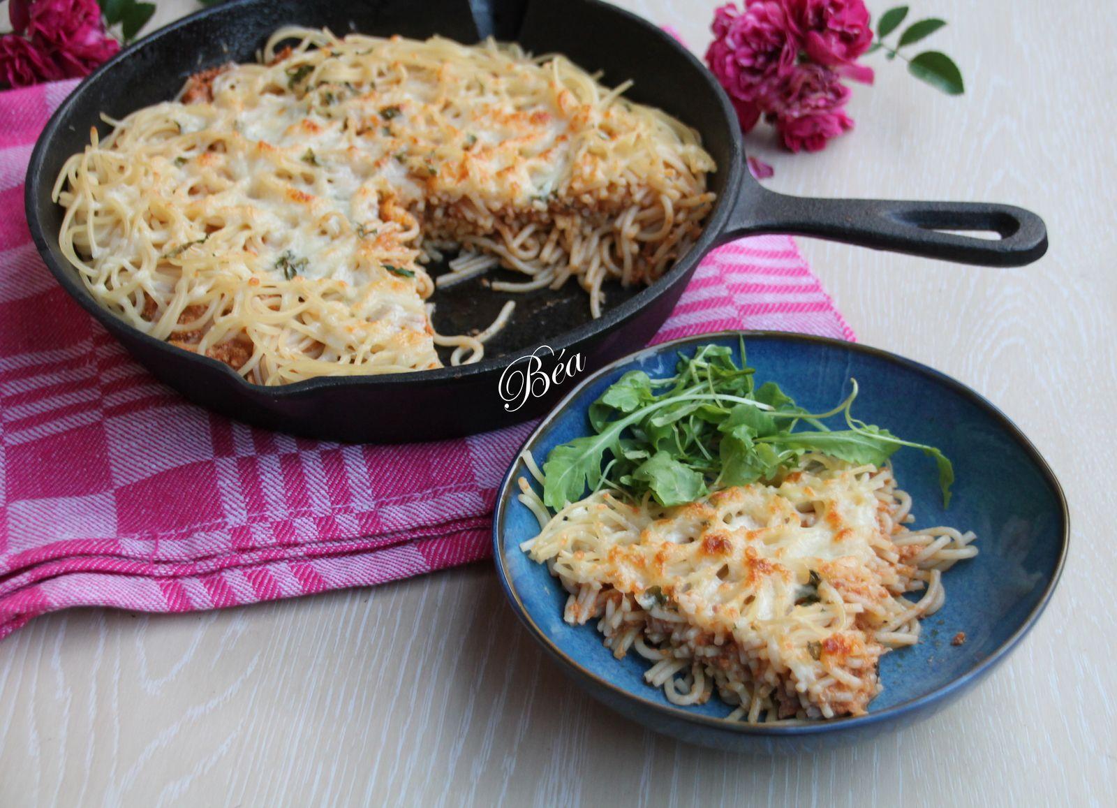 Gâteau de spaghetti au thon et au pesto rouge