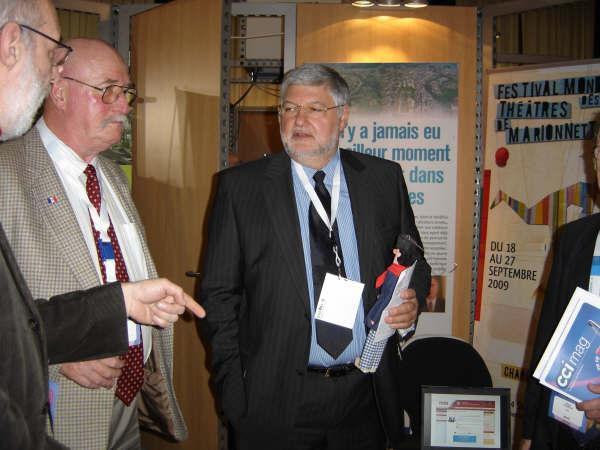 Une délégation du RWF-Liège a rendu visite aux représentants champagnardenais présents au Forum des Entrepreneurs 2008 à Liège et leur a rmis un Tchantchès d'Honneur.
