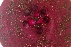 Smoothie bowl glacé aux fuits rouges et au chocolat