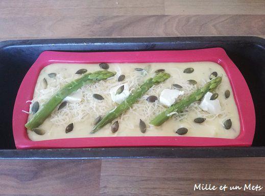 Cake aux asperges vertes, lardons & fromage frais