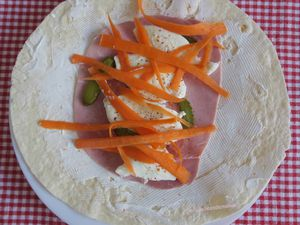 Wraps tartinés au chèvre, jambon, mozzarella, carotte et salade