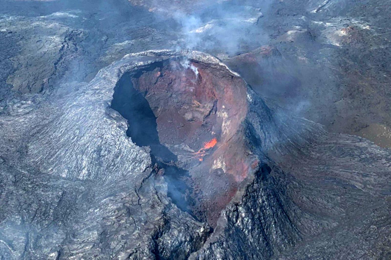 2021.07.02 Fagradalsfjall - some lava in the crater on 02.07.2021 - photo Coast Guards via mbls