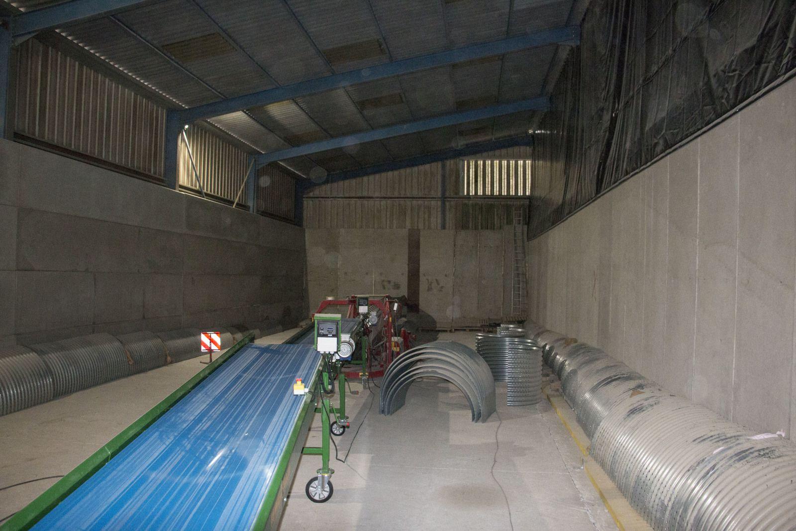 Trois tunnels ajourés sont disposés au sol sous le futur silo dans lesquels trois gros ventilateurs pulseront de l'air pour aérer le stockage.