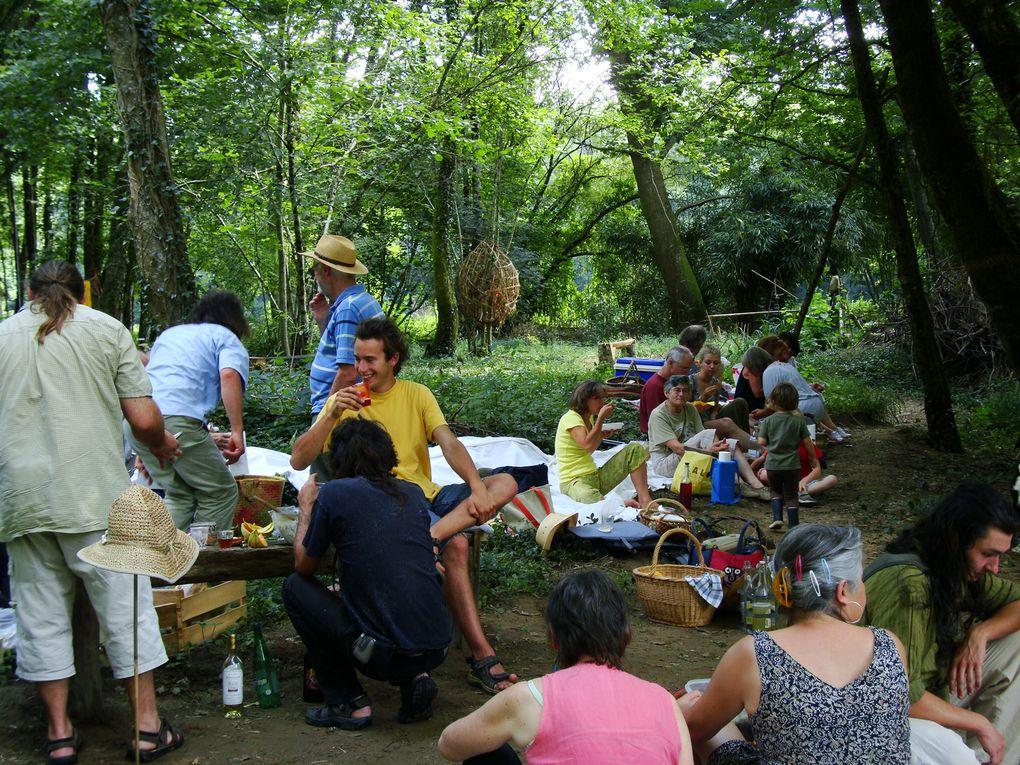 Parcours artistique à 24 - Nanthiat, été 2010, en bordure de la rivière Isle. Photos du lieu et de quelques oeuvres exposées. Une conteuse nous a fait découvrir une des histoires du site.