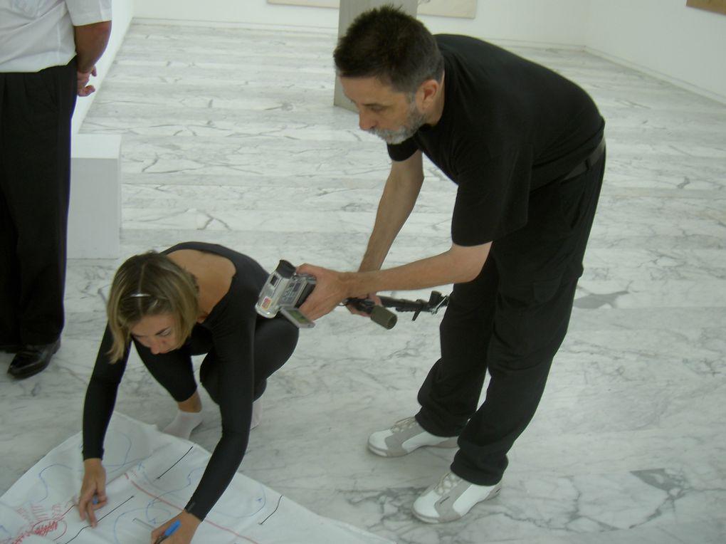 Expérience collective au Musée d'Art Contemporain de Marseille : un chorégraphe du mouvement, un vidéaste architecte, une plasticienne. Trois mises en mouvements dans l'espace du musée : BOUGER, DANSER, CREER DU MOUVEMENT, DES SIGNES, DES TRACES