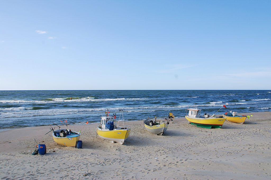 Bateaux de pêche sur la plage de Piaski à Krynica Morska en Pologne - Photo de Henryk Bielamowicz