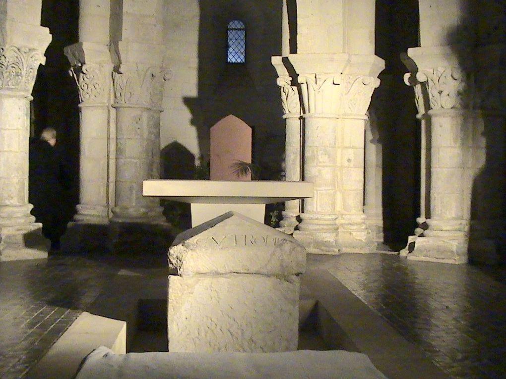 Des savants, des archéologues, des érudits des personnalités religieuses s'étaient penchés sur la découverte du sarcophage, surtout en 1843 lorsque l'abbé Lacurie s'était chargé de nettoyer la crypte (église basse) pou la rendre au culte, et bien lui en avait pris car c'est à l'occasion des travaux de restauration qu'il a retrouvé le fameux sarcophage disparu depuis la révolution française (il avait souvent voyagé et aussi souvent était perdu de vue). Mais le paradoxe est que l'abbé Lacurie, décédé en 1878 et inhumé dans un cimetière de Saintes, aurait pu aussi rentrer dans l'oubli, quant à sa sépulture. En effet ce dimanche en visite de mémoire dans le cimetière la sépulture de cet homme d'église s'est retrouvé sous les yeux du photographe / historien. Surprise: Le temps avait fait son œuvre et les inscriptions sur la pierre étaient devenues illisibles. Quand on sait qu'il n'existe aucune archive sur les sépultures anciennes, il était temps de déchiffrer les quelques chiffres et lettres de l'épitaphe funéraire.... ce qui fut fait.... En voici une lecture dans la presque totalité.....