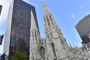 Un homme arrêté avec des jerricanes d'essence et un briquet dans la cathédrale de New-York! Ça commence sérieusement à être suspect..A qui profite le crime ?