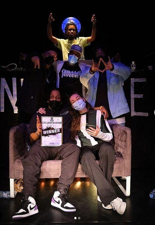 Le vainqueur du «Championfish», Alfa, posant aux côtés d'Alicia (finaliste), des juges et de DJ Zeny. (Photo : Black Magic Tea)