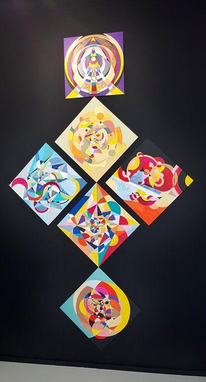 HUMA, oeuvre peinte à 6 éco-sphères : La Vie, L'Amour, Le Nouveau, Le Temps, L'Évolution, La Vérité (Anika Mi - 2019-2020 • acrylique sur cartons entoilés, 50*50 cm chaque, 155*260 cm). Subtil Collection - courtesy de l'artiste.
