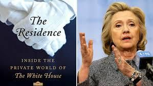 A sin. Hillary e Bill Cliton; a destra, il libro di Kate Brower: The Residence