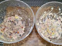3 - Pour la 2ème farce, remplacer les miettes de thon par des coeurs de palmiers et du fromage découpés en petits dés. Incorporer sauces Ketchup, mayonnaise, dés de tomates et olives comme pour la 1ère farce et assaisonner. Une fois les oeufs cuits, écalés et refroidis, couper un morceau à la base et évider l'interieur de l'oeuf en retirant le jaune délicatement avec une petite cuillère. Ajouter le jaune d'oeuf émietté dans les deux farces et en conserver un peu pour la décoration.