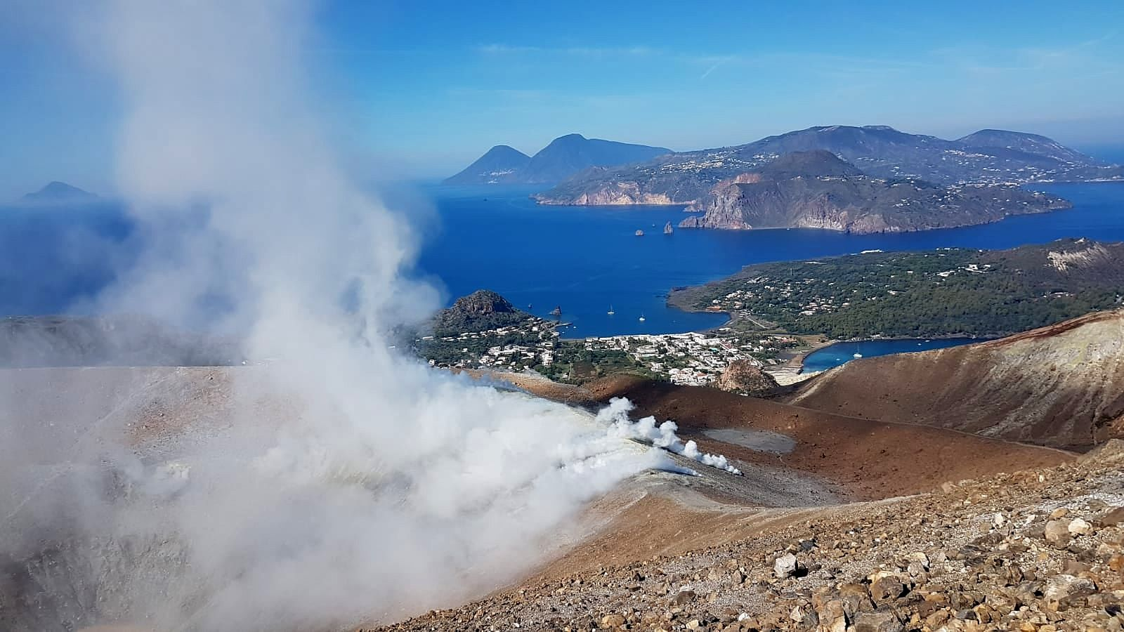 Vulcano - fumaroles on the edge of the crater - photo INGV / 22.10.2021 - one click to enlarge