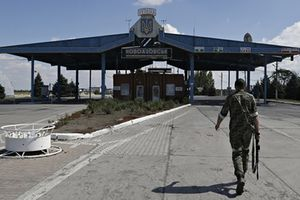Tension high in Ukrainian border towns menaced by Russian forces