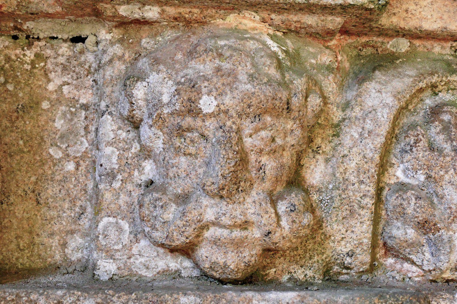 Les termes et cartouches du porche de Bodilis.