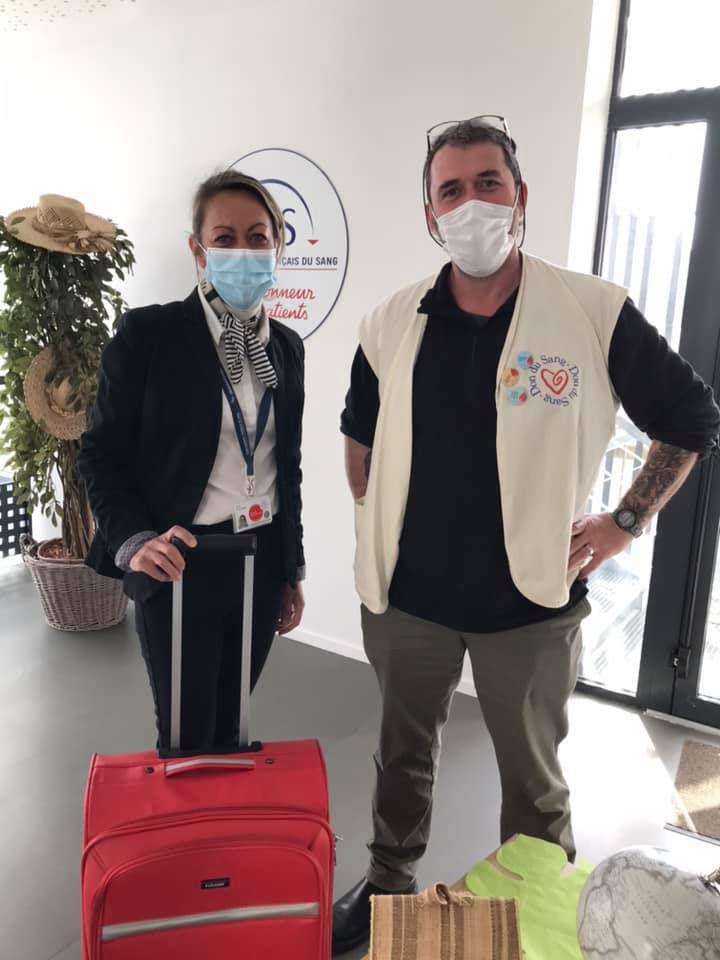 Magali BIDON, développeur de territoire à l'EFS en tenue d'hôtesse de l'air et David RAGUENES, président de l'ADSB de BREST, puis Jacqueline à la collation et Liliane en salle de prélèvement.