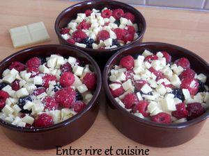 Crumble pommes, mûres, framboises au chocolat blanc