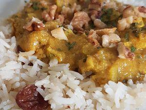"""Le poulet korma est un plat indien riche en épices,très facile à réaliser avec une liste d'ingrédients""""généreuse"""" . """"Korma"""": plats composé de viande et/ou légumes braisés cuisinés avec des épices, du bouillon, du yaourt et/ou de la crème.  Selon les régions, la sauce d'un Korma est revisité avec du lait de coco, des noix de cajou, d'amandes, de noix de coco râpée... Parfois, accompagé de tomates concassées ou de sauce tomates."""