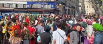 Carnaval à Marseille avec des centaines de personnes sans gestes barrières, sans masque