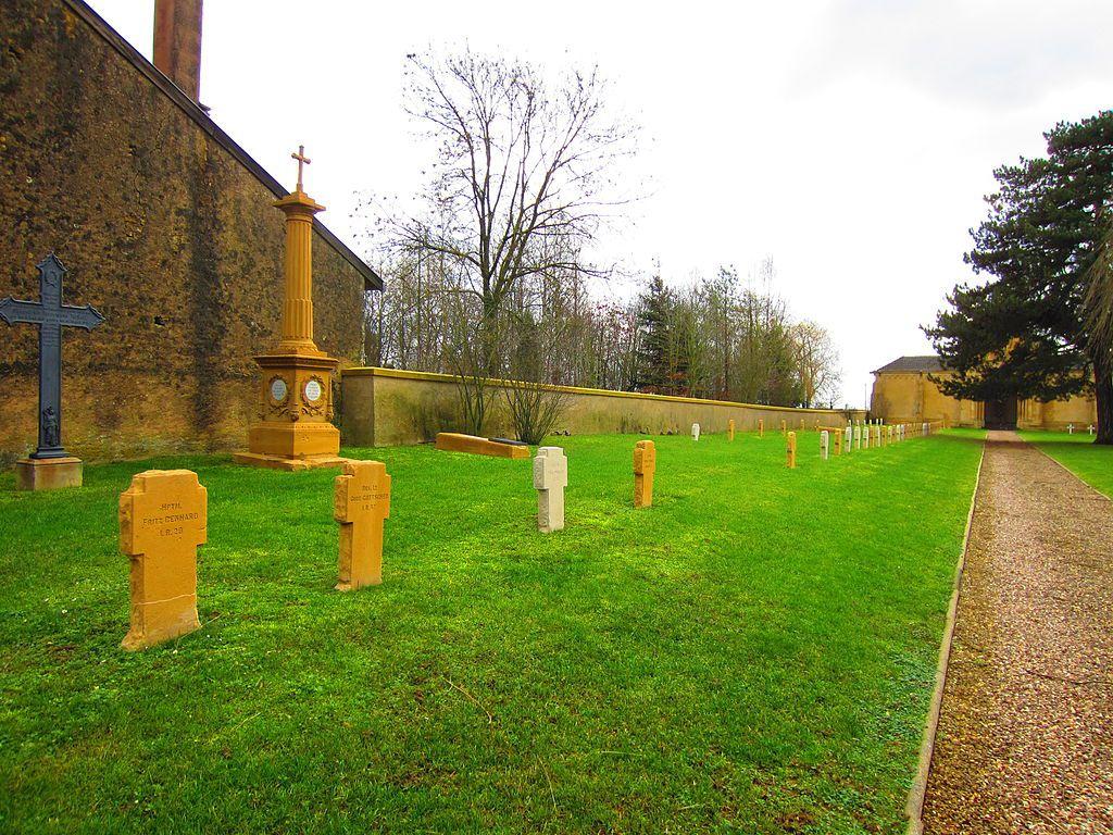 Des tombes Crédits photographiques : Par Aimelaime sur Wikipédia français — Transféré de fr.wikipedia à Commons par Bloody-libu utilisant CommonsHelper., Domaine public, https://commons.wikimedia.org/w/index.php?curid=17939427