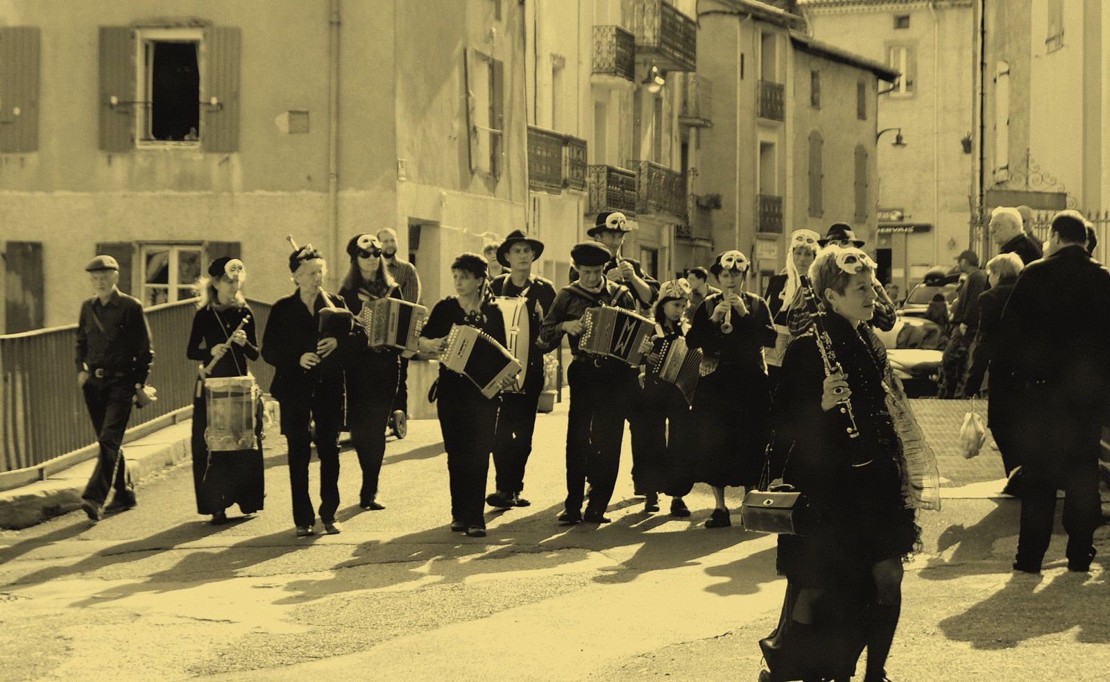 Vous souvenez-vous de ces défilés en musique dans les rues du village ?