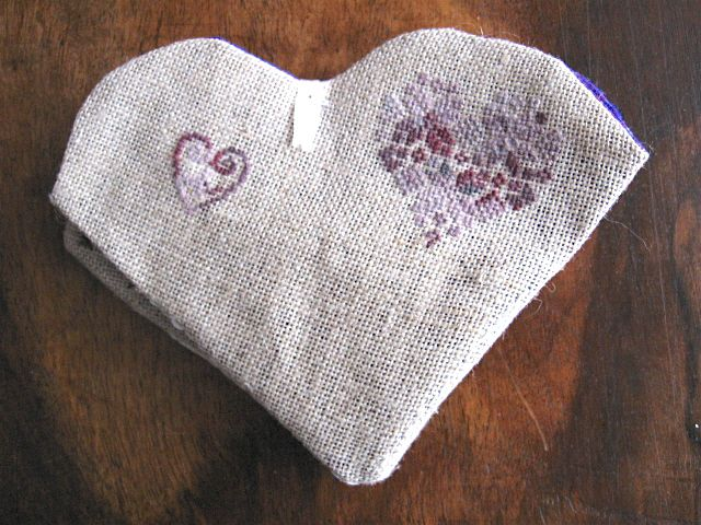 un beau bouton coeur mauve - l'intérieur en soie mauve avec 2 très belles épingles et le fil Needle Necessities