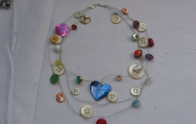 collier fil de fer argenté et boutons