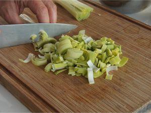 Bouillon de poule aux crozets, lard fumé, lentilles et carottes
