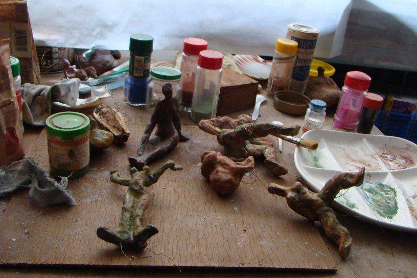 """les étapes de la création d'une série de sculptures en terre de Brigitte Valin : les """" feux follets"""" Du modelage à la patine et l'installation."""