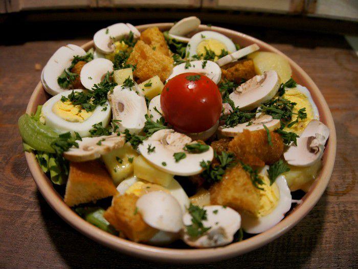 Recette de la salade parisienne maison.