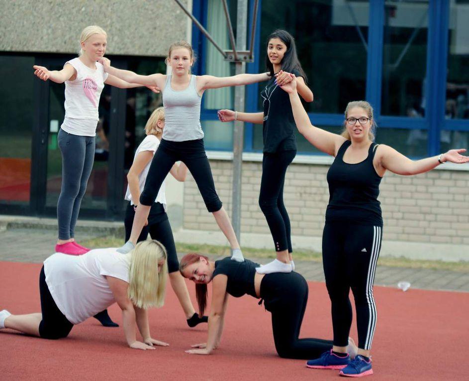 Mädchen aus der M 7a und der Ü-Klasse glänzen mit Akrobatik auf dem Pausenhof.