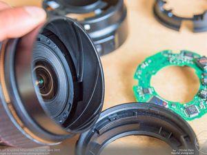 Démontage de la lentille frontale cette fois. Son retrait permet la visualisation du système hélicoïdale du Zoom. Ce système permet de transformer un mouvement de rotation en un déplacement linéaire.